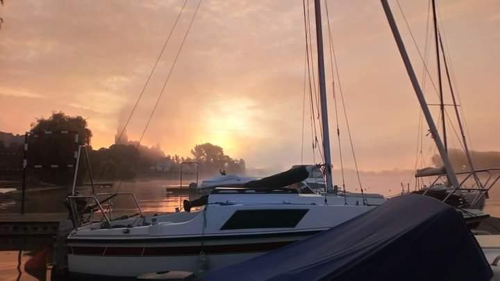 Wschód Słońca na przystani